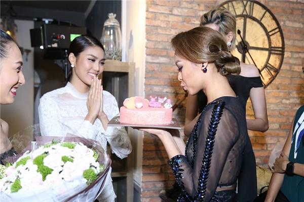 Sau buổi tiệc, Lan Khuê cùng các thí sinh cũng như bạn bè tổ chức tiệc mừng sinh nhật cho Mai Ngô.