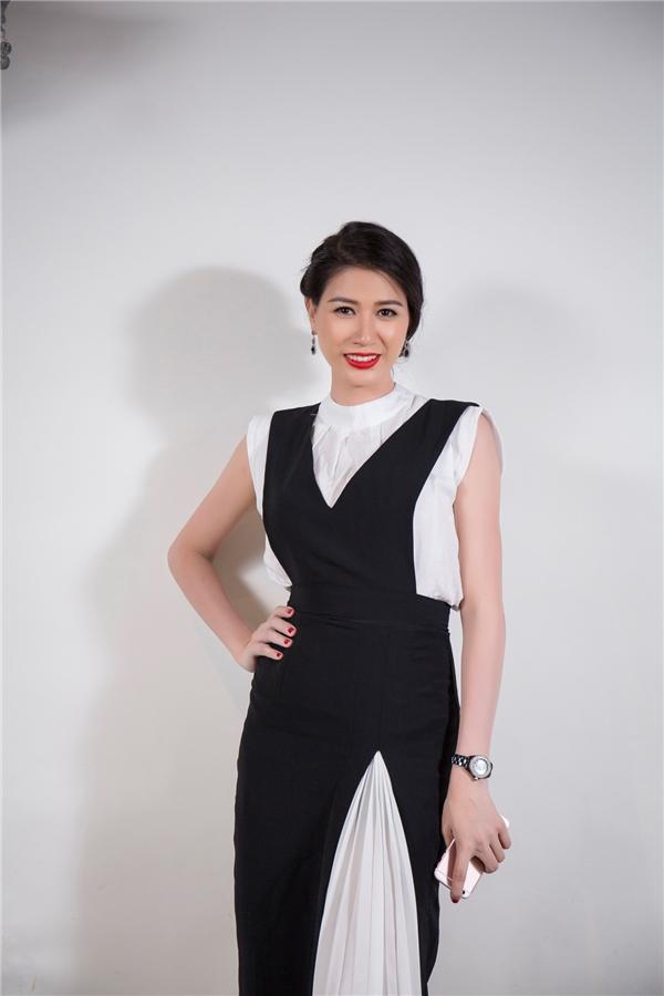 Người mẫu Trang Trần diện trang phục thanh lịch, kín đáo với hai tông màu trắng, đen làm chủ đạo.