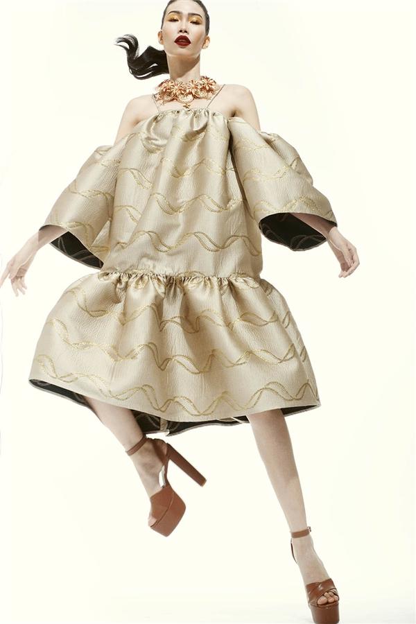 """Từ sau khi tham gia một chương trình đào tạo về người mẫu, Kim Phương lọt vào """"mắt xanh"""" của nhà thiết kế họ Đỗ với chiều cao, gương mặt ấn tượng đậm chất thời trang cao cấp. Nữ người mẫu cũng được khen ngợi với khả năng tạo dáng đa dạng khi chuyển động cơ thể.Thiết kế thể hiện được tối đa thế mạnh của Đỗ Mạnh Cường trong đường cắt, cách dựng phom hiện đại, tinh tế."""