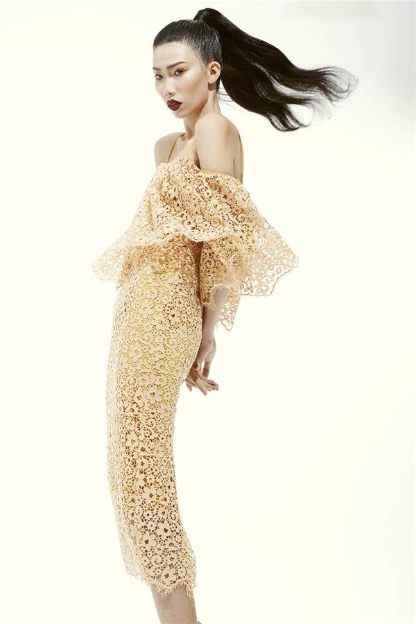 Nữ người mẫu trông mỏng manh, nhẹ nhàng pha chút gợi cảm khi diện váy ôm sát trên nền chất liệu ren.