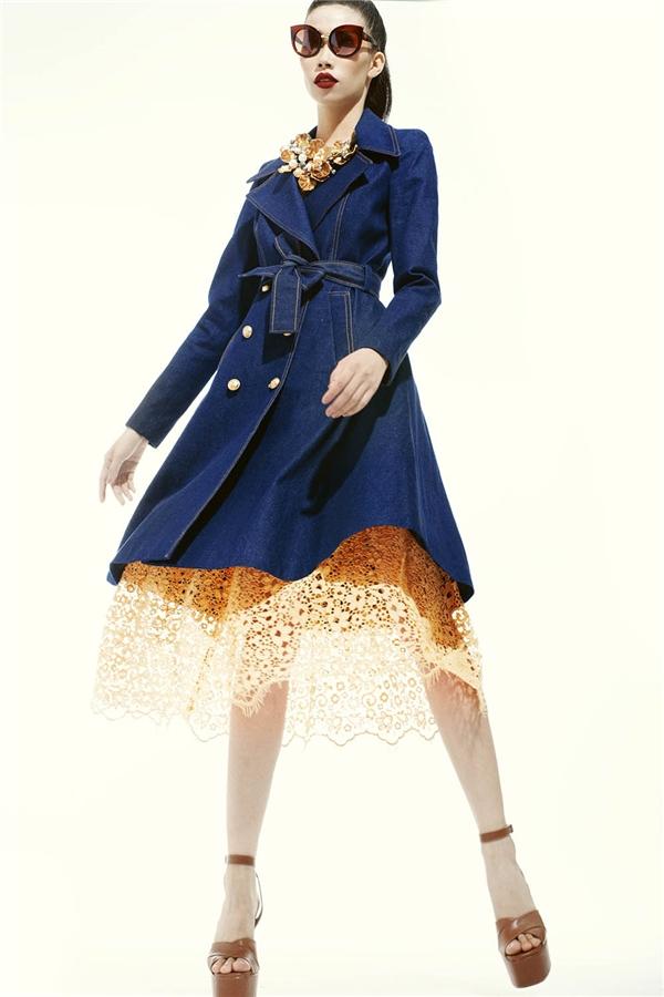 Phần ren được sử dụng làm điểm nhấn cho dáng váy xòe cổ điển, thanh lịch trên nền vải denim. Giày cao đế thô cũng là một trong những điểm nhấn thú vị ở show diễn Xuân - Hè 2016 của nhà thiết kế Đỗ Mạnh Cường.