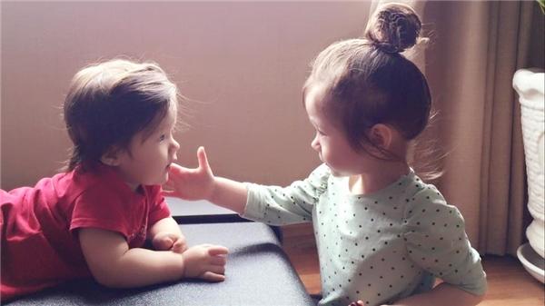 Hai thiên thần nhà Elly Trần từ bé đã lớn lên trong vòng tay yêu thương của mẹ nên sống rất tình cảm, biết chăm sóc lẫn nhau. - Tin sao Viet - Tin tuc sao Viet - Scandal sao Viet - Tin tuc cua Sao - Tin cua Sao