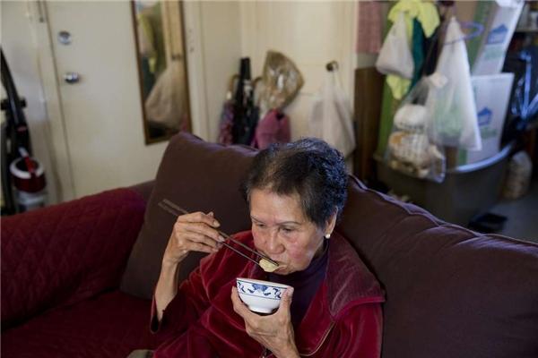 Bà Suu ăn bữa sáng trước khi đi làm. (Ảnh: Erin Brethauer)