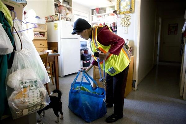 Quẩy túi xách lên vai, bà Suu đi đến chỗ làm. (Ảnh: Erin Brethauer)