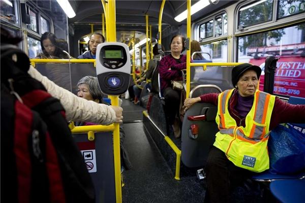 Bắt một chuyến xe buýt và tàu hỏa, bà mới đến được nơi làm việc. (Ảnh: Erin Brethauer)