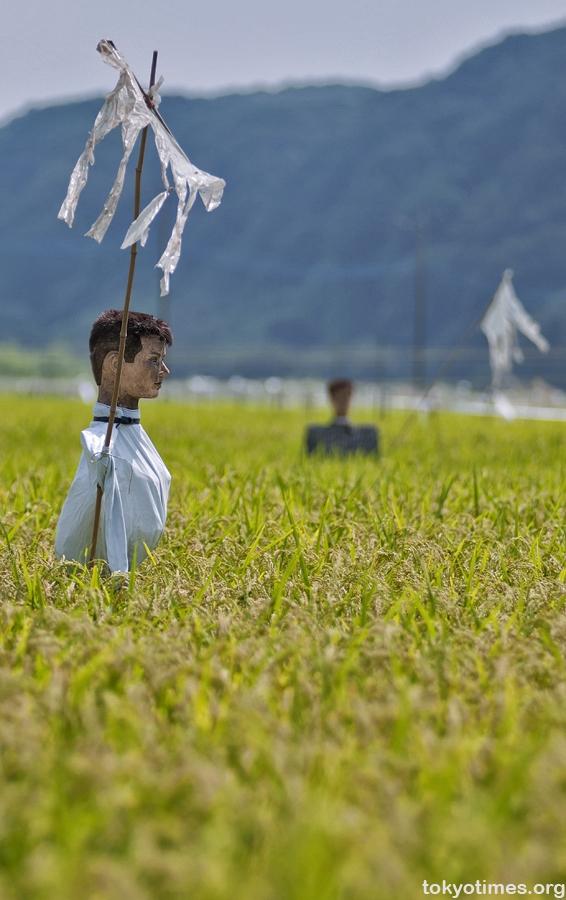 Trên các cánh đồng ở Nhật xuất hiện những chiếc đầu ma nơ canh đóng cọc rất đáng sợ.