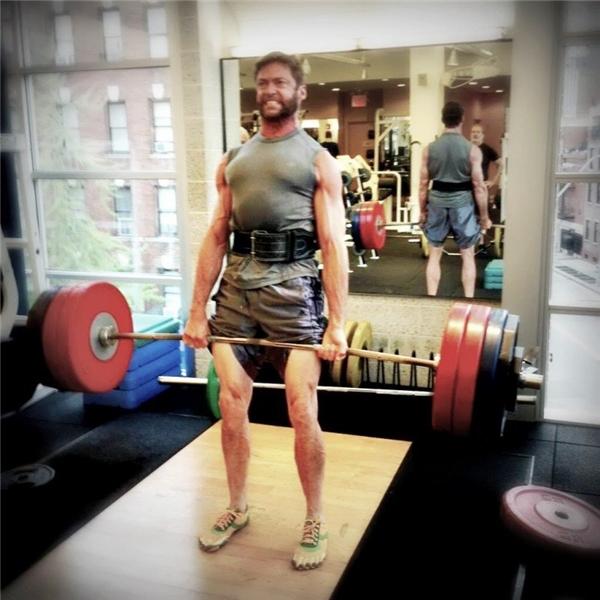 """Đôi chân """"thần thánh"""" chịu được sức nặng của cả thân người cơ bắp lẫn tạ."""