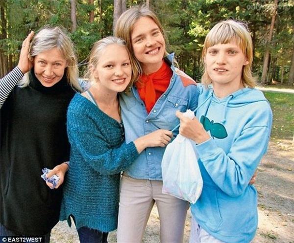 Natalia cùng mẹ và hai người chị.