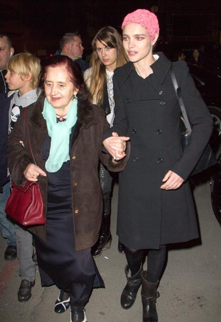 Cô dắt tay mẹ đi xem buổi trình diễn của mình vào năm 2013.