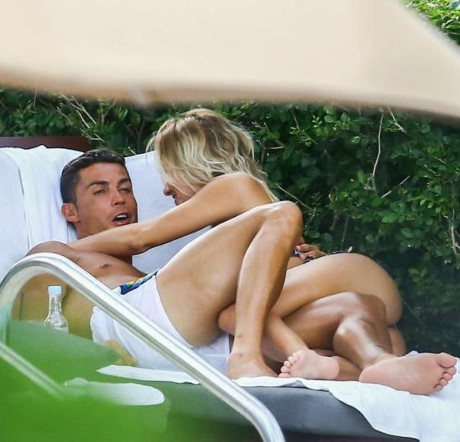 Sau tin đồn giới tính, Ronaldo diễn cảnh nóng với mĩ nhân tóc vàng