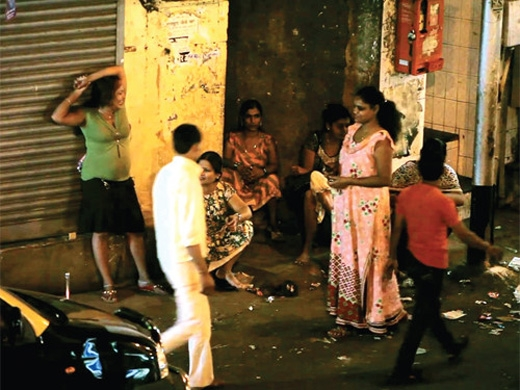 """Những cô gái """"bán hoa"""" đứng chờ khách tại một phố đèn đỏ ở Ấn Độ (Ảnh: imgadvisor.com)"""