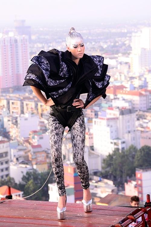 Thử thách về độ cao lại xuất hiện ở Vietnam's Next Top Model 2012. Lần này, các thí sinh hóa thân thành người ngoài hành tinh và chụp ảnh trên tòa nhà cao 26 tầng. Độ kịch tính được nâng lên khi các cô gái phải đứng trên một giàn giáo cheo leo. Thí sinh Nguyễn Ngân do áp lực sợ độ cao nên phải ra về trong thử thách này.