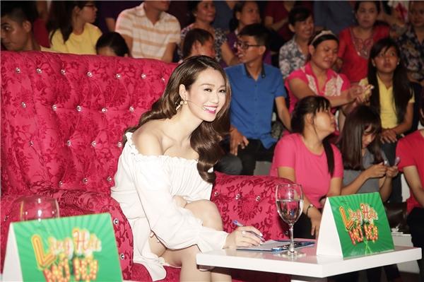 Gợi cảm trong chiếc đầm trắng trễ vai, Khánh My tươi tắn và gần gũi với khán giả phim trường.