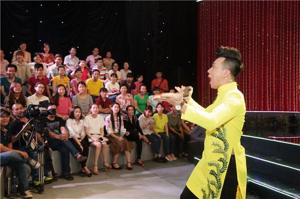 Kết quả thắng áp đảo Trấn Thành, Việt Hương liên tục trêu chọc nam MC chỉ có bốnfans ủng hộ.
