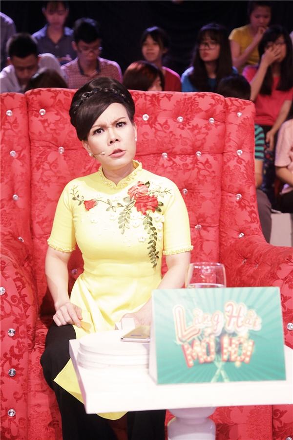 Tuy nhiên, hành động hào hiệp bất thường này của anh khiến Việt Hương vừa bất ngờ, vui mừng nhưng cũng hết sức nghi ngờ.