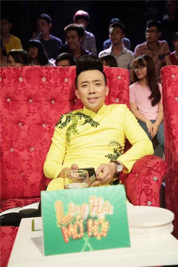 """Chứng kiến sự tình, Trấn Thành liền hào phóng thay mặt """"đàn chị"""" trả 2,5 triệu tiền nợ cho Đình Toàn."""