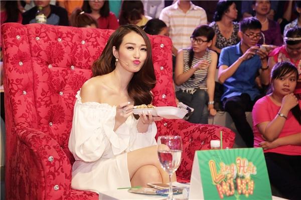"""Đặc biệt, Khánh My không quá câu nệ hình ảnh khi ngồi trên """"ghế nóng"""", cô thoải mái ăn vội hộp xôi lót dạ trước giờ ghi hình."""