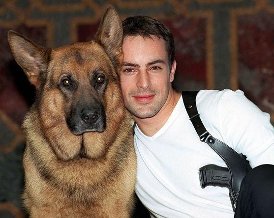 """Chú chó thám tử Rex cùng """"cộng sự"""" đầu tiên của mình,Richard Moser"""