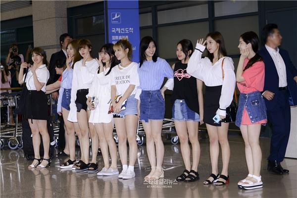 Fan hỗn loạn khiến thành viên Twice té ngã tại sân bay