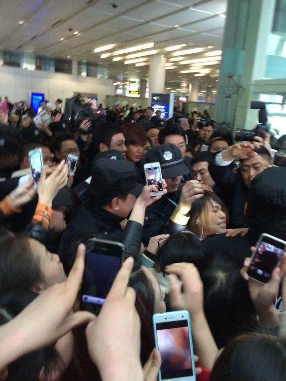 Đây là khung cảnh thường thấy mỗi khi Lee Min Ho xuất hiện tại sân bay.