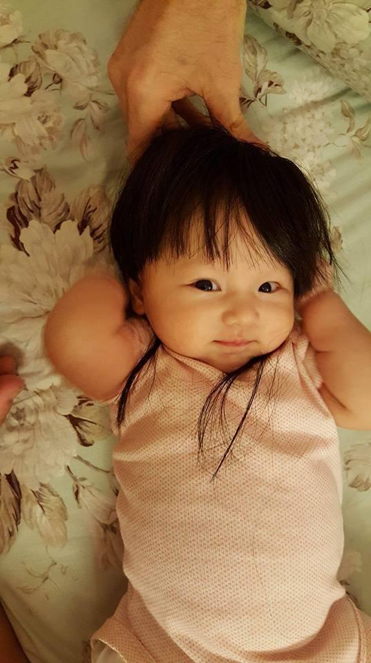 """Một số hình ảnh mới nhất nàng """"công chúa"""" nhỏ của vợ chồng Phương Vy. Côcho biết con gái rất thích được đội tóc giả. - Tin sao Viet - Tin tuc sao Viet - Scandal sao Viet - Tin tuc cua Sao - Tin cua Sao"""
