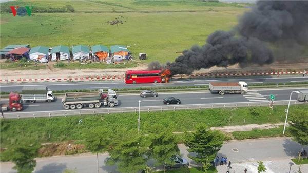 Hoảng hồn xe khách bốc cháy trên cao tốc Pháp Vân - Cầu Giẽ