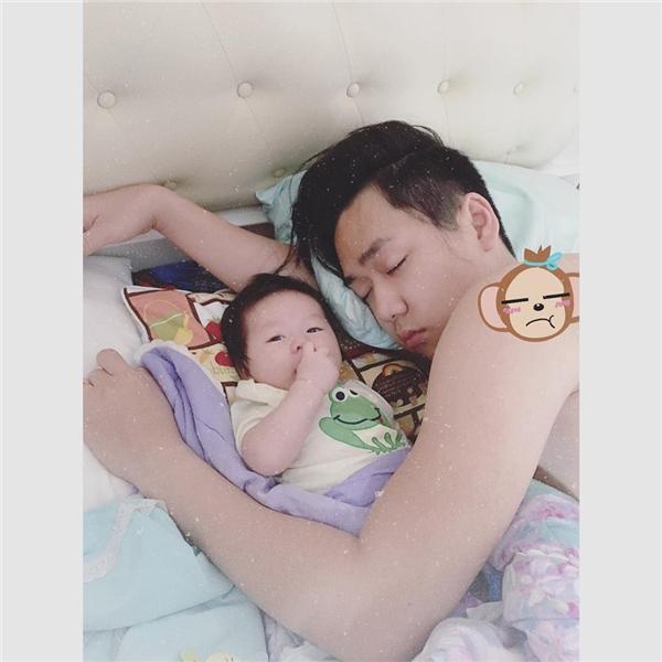 Những hình ảnh cực đáng yêu và ngộ nghĩnh của bố con bé Đậu. (Ảnh: Internet)