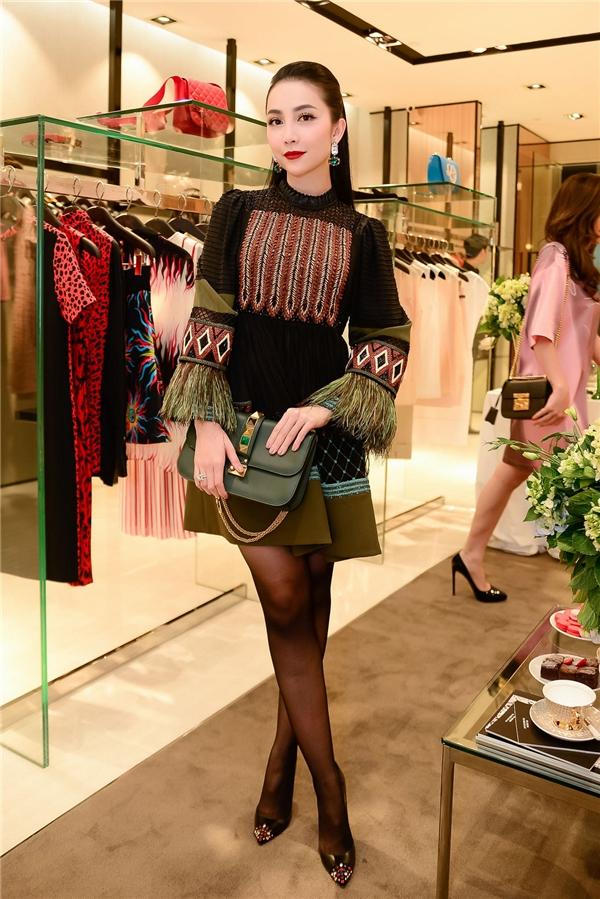 Linh Nga chọn bộ trang phục tôn dáng sang trọng quý phái.
