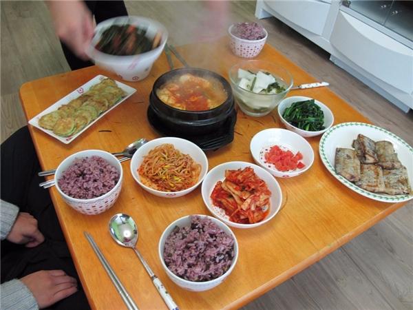 Hàn Quốc -Bữa sáng Hàn Quốc trông rất giống vớibữa ăn tối của họ. Trên bàn ăn có đầy đủcơm, súp, kim chi vàmột số loại cá, thịt bò cùng vớithức ăn còn lại từ tối hôm trước.