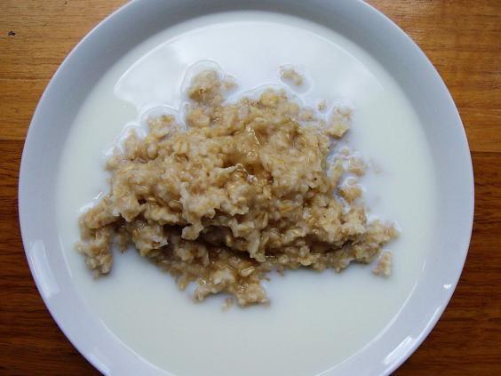 Nam Phi - Ngược lại với bữa sáng nhiều đạm của người Anh, người Nam Phi thường ăn sáng đơn giản vớingũ cốc hoặc cháo nóng được làm bằng ngô (Tutu Pap) và kèm thêm sữa tươi.