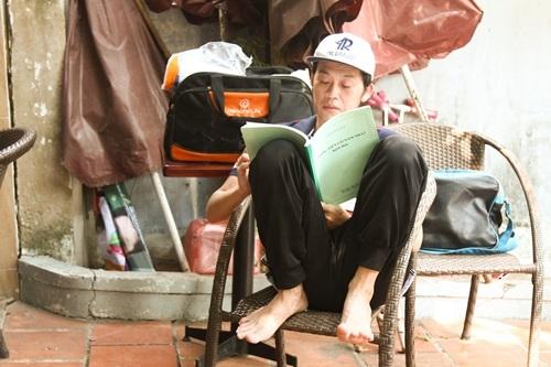 """Dáng ngồi đậm nét chân quê cũng là một trong những """"tài sản"""" độc đáo của Hoài Linh. Nam danh hài không ngần ngại bộc lộ tính cách bình dị trước công chúng. - Tin sao Viet - Tin tuc sao Viet - Scandal sao Viet - Tin tuc cua Sao - Tin cua Sao"""