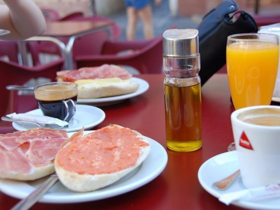 Tây Ban Nha -Pan con Tomatehoặc bánh mì nướng với cà chua nghiềnlà một bữa ăn sáng ngon nổi tiếng ở Tây Ban Nha.