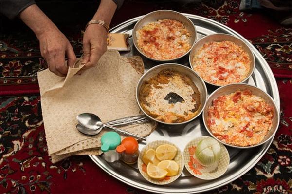 Iran - Trà đen ngọt, bánh mì, bơ, phô mai feta,một ít hoaquả tươi và các loại hạt là sự lựa chọn tuyệt vời cho người Iran trong bữa ăn sáng.