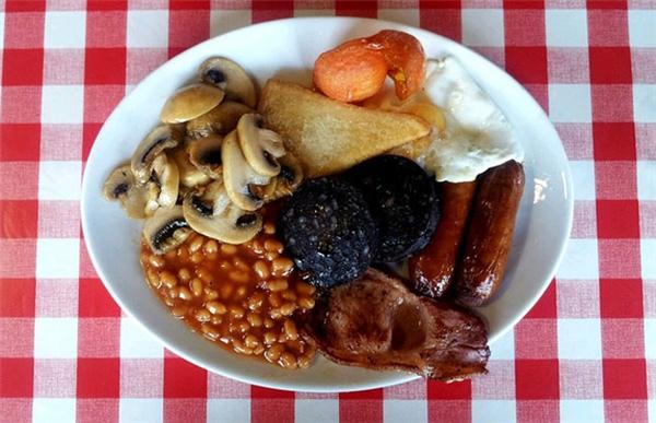 Anh - Trứng chiên, xúc xích, thịt nguội, xúc xícháp chảo, cá hồi hun khói hay bò phile phết bơ hay sườn heo nướng là bữa sáng đảm bảo đầy đủ chất dinh dưỡng ở Anh. Họ còn dùng kèm ít trái cây và trà khi ăn sáng.