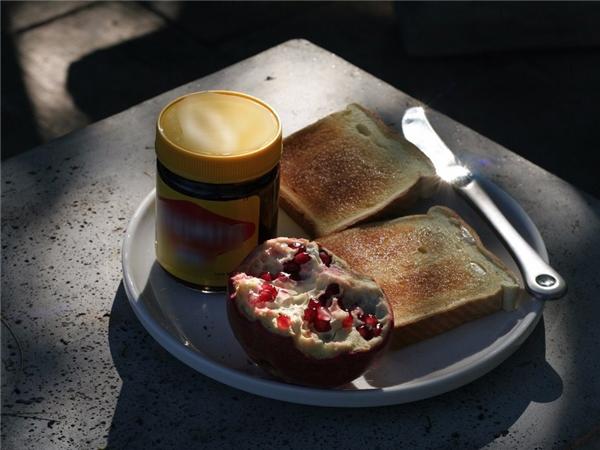 Úc-Người Úcrất thíchpate vegemite (một loại thực phẩm đóng hộp nổi tiếng của Úcđược sản xuất từ năm 1922) đến mức họ có thể ăn chúng hàng ngày. Người dân đất nước chuột túi thường chuẩn bịbánh mì kẹp pate vagemite và thưởng thứcthêm nhiều hoa quả cho bữa sáng của mình.