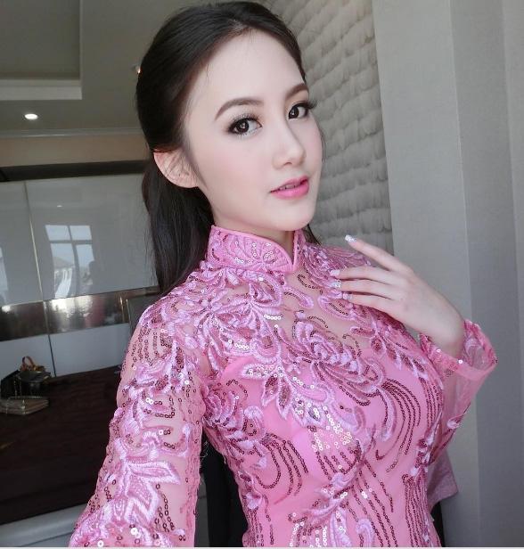 Sivilay trong tà áo dài duyên dáng Việt Nam.
