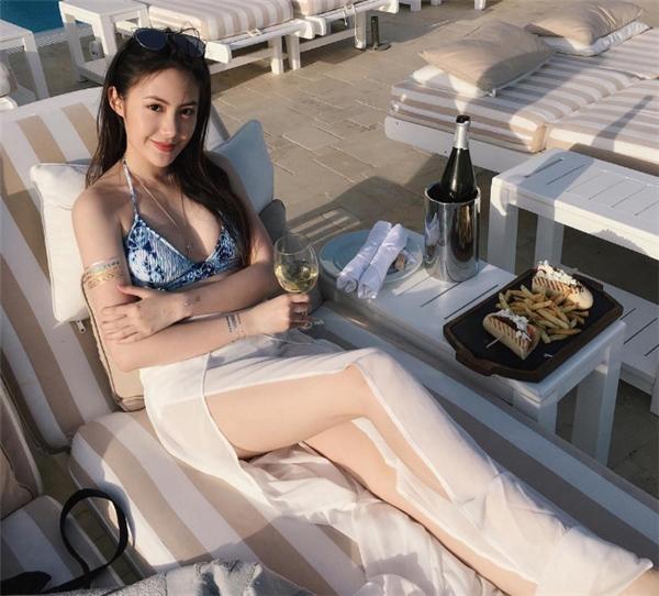 Cuộc sống xoay quanh du lịch, nhà hàng,và đồ hiệu của cô khiến nhiều người không khỏi ghen tị.
