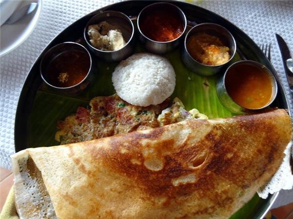 Ấn Độ- Ấn Độ có nền văn hóa ẩm thực khá đa dạng ảnh hưởng bởi tính chất vùng miền. Tuy nhiên, bữa sáng điển hình nhất ở đâyvẫn là khay đồ ăn gồm các loại bánh như dosa, roti hoặc idli chấm với tương ớt xoài. Người Ấn rất ít uống cà phê, thay vào đó họ dùng trà trong lúc ăn sáng.