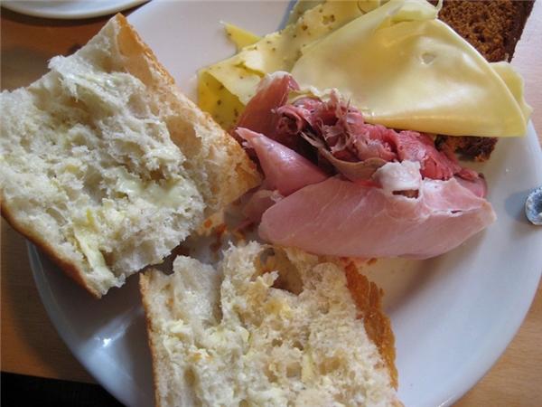 Brazil-Cà phê đặc và sữa ăn kèm với một đĩa thức ăn gồm thịt dăm bông, phô maivà bánh mì là bữa sáng yêu thích của người Brazil. Ngoài ra, người dân ở đâycòn có thêm món feijoada - súp nấu từ đậu đen và các loại thịt.