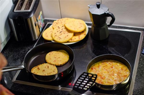 Colombia-Người Colombia chủ yếuăn sáng vơi mónarepa, một loại bánh ngô dày, hơi ngọtdùng với bơ hoặc có thêm lớp bên trên gồm trứng, thịt heo hoặc dăm bông.