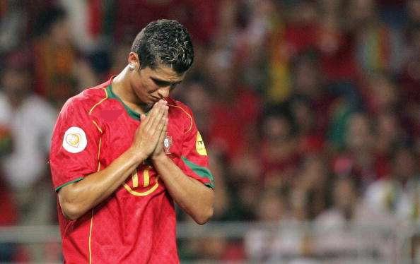 2004: những giọt nước mắt tiếc nuối của Ronaldo sau khi đội bóng của anh thất thủ trước Hy Lạp trong trận chung kết Euro năm đó. Còn mái tóc của anh thì ngắn và gọn gàng nhất có thể.