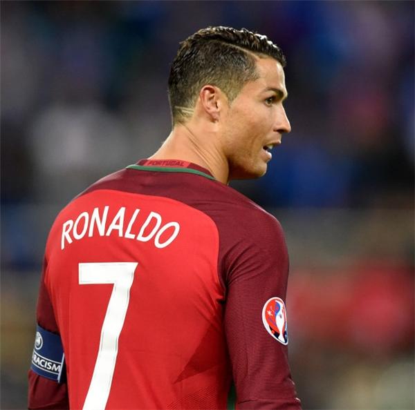 2016: có những lúc Ronaldo chỉ thích kiểu tóc đơn giản