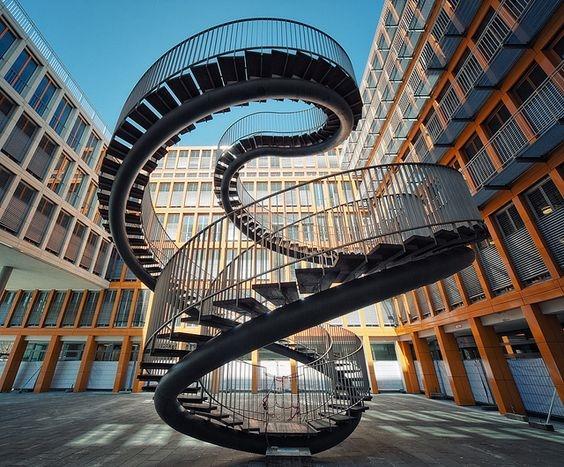 """Đến cầu thang mà cũng """"điệu nghệ"""" như thế."""