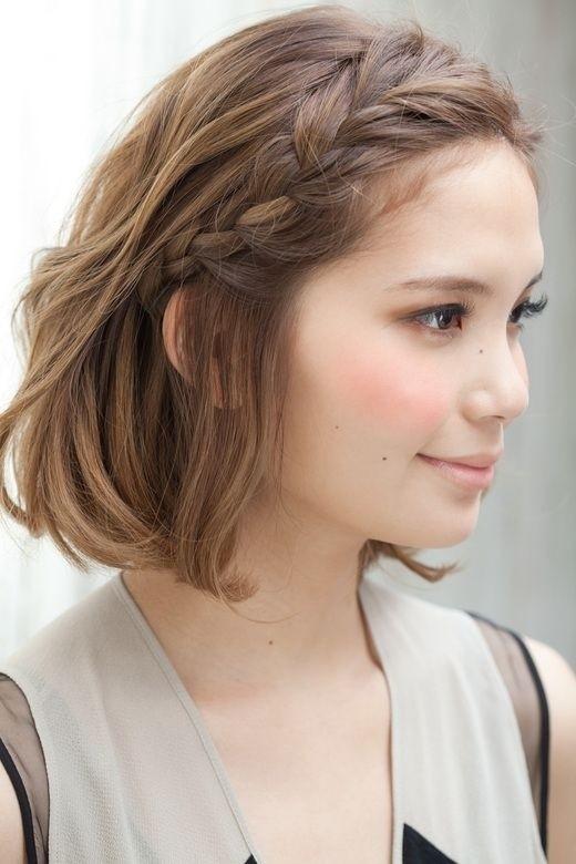 Tóc mái được tết lên cao gọn gàng, vừa nữ tính lạivừa năng động vô cùng. Đây chắc hẳn là một lựa chọn hoàn hảo cho các cô nàng tóc ngắn mê tết tóc, e ngại tóc mình không đủ dài để thắt.