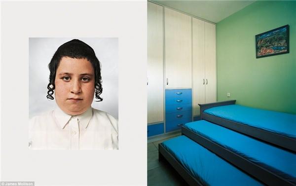 Tzvika, 9 tuổi, West Bank: Tzvika sống trong cộng đồng khép kínngười Do Thái gốc ở một vùng bờ tây Israel. Ti vi và báo chí đều bị cấm tại nơi cậu sống. Tzvika chia sẻ phòng ngủ với chị gái và hai em trai. Cậu được đưa đến trường bằng xe hơi mỗi ngày mặc dù chỉ mất 2 phút đi bộ. Giáo lí là môn quan trọng nhất, tiếp đó là tiếng Do Thái và Toán, còn thể thaothì hoàn toàn bị cấm tại trường củaTzvika. Mong muốn sau này của Tzvika là trở thành một Giáo sĩ Do Thái.