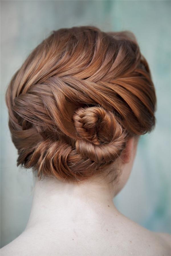 """Sau khi thắt tóc xong, bạn có thể """"cuốn"""" chúng lên như thế nàyđể gọn gàng hơn. Nhìn phía sau, tóc bạn cứ như vừa được các nhà tạo mẫu tóc """"biến hóa"""" vậy."""