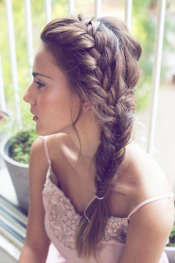 """Kiểu tết tóc đuôi tôm dù xưa nhưng chưa bao giờ là cũ. Tóc được tết lệch ngôi kéo dài từ đỉnh đầu sẽ giúpbạn thoải mái hoạt động mà không lo """"bị bết""""."""