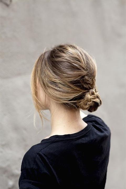Không nhất thiết phải búi quá cao, bạn có thể buộccác bím tóc thấp một títùy theo sở thích,thả cho lớp tóc phía trước rơi tự do để trông thật tự nhiên và mềm mại.