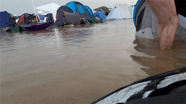 Và khi đi cắm trại ngay khu vực bị lụt.