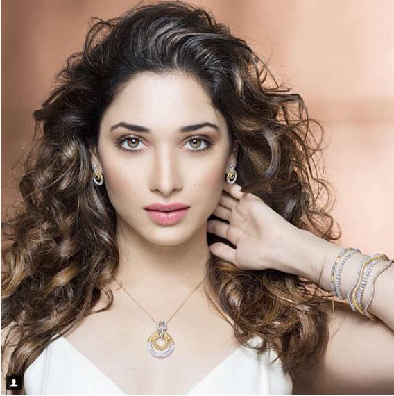 Ấn Độ: Sắc nét đến từng chi tiết, phụ nữ Ấn Độ vốn được ban một nét đẹp hoàn hảo khiến ai cũng phải ghen tị.